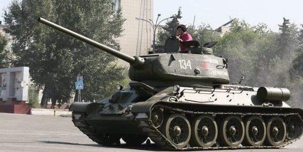 Наблюдая изогнутый позвоночный столб на броне танка и улыбку в очках, вспомнил о данном обещании моему товарищу высказаться о действиях и комментариях челябинских чиновников в честь Победы нашего народа над фашизмом.